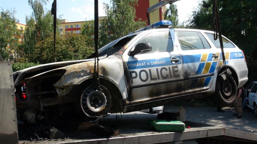 Podpálené policejní auto u služebny v Praze-Strašnicích (1. èervence 2015).